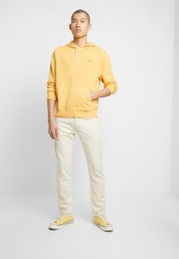 Levi's® - AUTHENTIC HOODIE - Hoodie - golden apricot - 1