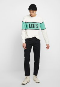 Levi's® - BORDER COLORBLOCK CREW - Sweatshirt - mineral black/creme de menthe - 1