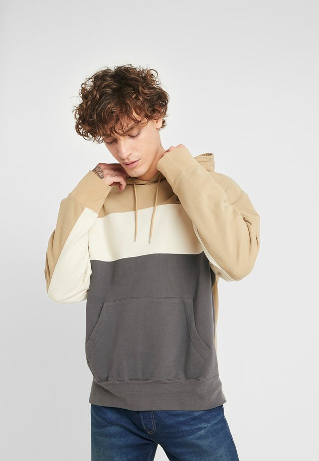 WAVY COLORBOCK HOODIE - Jersey con capucha - harvest gold/fog/forged iron
