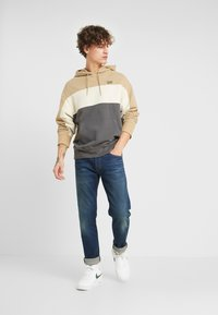 Levi's® - WAVY COLORBOCK HOODIE - Sweat à capuche - harvest gold/fog/forged iron - 1