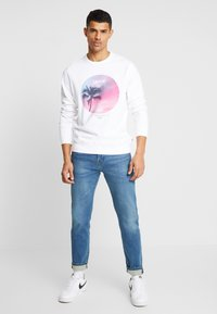 Levi's® - GRAPHIC CREW - Bluza - white - 1
