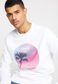 Levi's® - GRAPHIC CREW - Bluza - white - 3