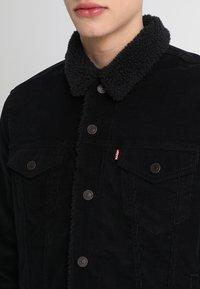 Levi's® - TYPE 3 SHERPA TRUCKER - Džínová bunda - black cord better - 4