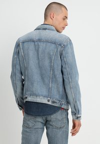 Levi's® - THE TRUCKER JACKET - Farkkutakki - killebrew - 2