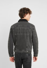 Levi's® - TYPE 3 SHERPA TRUCKER - Farkkutakki - black denim - 2