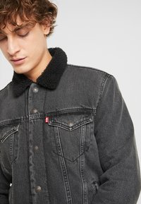 Levi's® - TYPE 3 SHERPA TRUCKER - Farkkutakki - black denim - 3