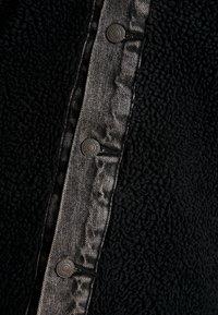 Levi's® - SHERPA PANEL TRUCKER - Džínová bunda - black sheep - 5
