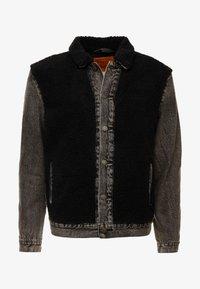 Levi's® - SHERPA PANEL TRUCKER - Džínová bunda - black sheep - 4