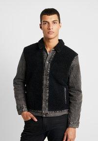 Levi's® - SHERPA PANEL TRUCKER - Džínová bunda - black sheep - 0