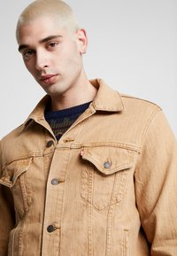 Levi's® - VINTAGE FIT TRUCKER UNISEX - Denim jacket - desert boots - 4