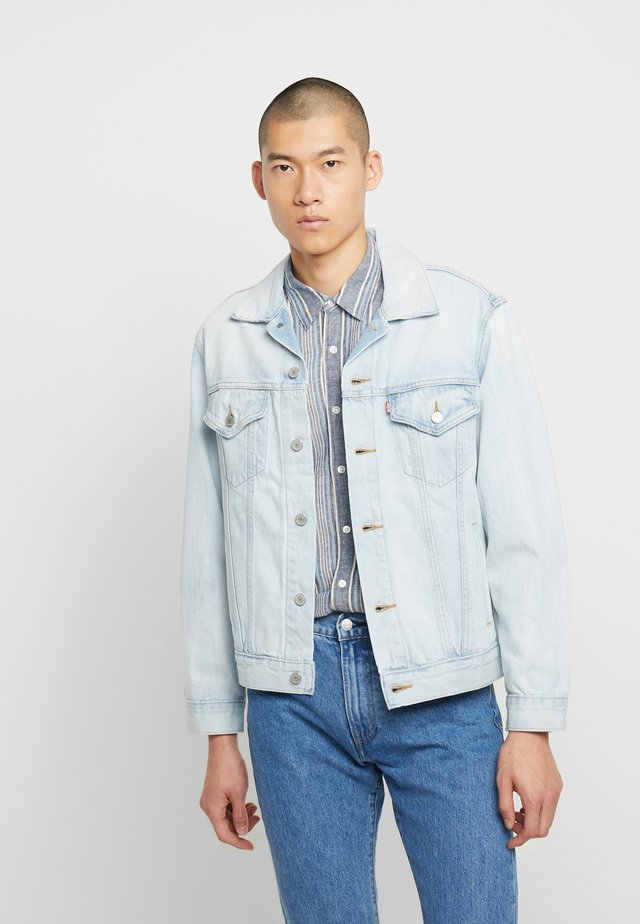 VINTAGE FIT TRUCKER UNISEX - Veste en jean - light-blue denim