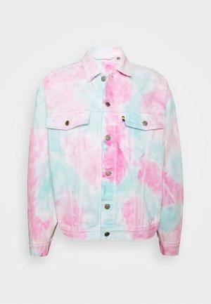 PRIDE OVERSIZED TRUCKER JACKET - Kurtka jeansowa - pride faded tie dye