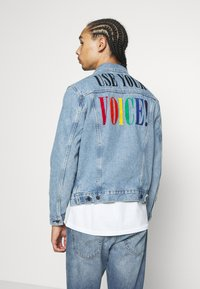 Levi's® - PRIDE THE TRUCKER JACKET - Džínová bunda - blue denim - 3