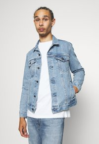 Levi's® - PRIDE THE TRUCKER JACKET - Džínová bunda - blue denim - 4