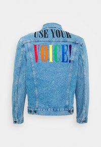 Levi's® - PRIDE THE TRUCKER JACKET - Džínová bunda - blue denim - 1