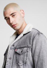 Levi's® - VIRGIL TRUCKER - Denim jacket - grey - 4