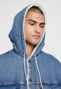 Levi's® - HOODED SHERPA TRUCKER - Light jacket - blue denim - 3