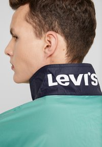 Levi's® - COLORBLOCKED WINDBREAKER - Korte jassen - night blue/crème/menthe - 5