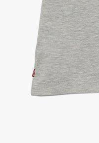 Levi's® - SPORTSWEAR LOGO TEE - T-shirt z nadrukiem - grey heather - 3