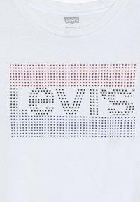 Levi's® - DOTTED SPORTSWEAR TEE - Printtipaita - white - 3