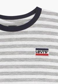 Levi's® - DOLMAN  - Triko spotiskem - light gray heather - 3