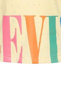 Levi's® - VARSITY HIGH RISE - T-shirt imprimé - pale banana - 2