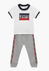 Levi's® - SLOUCHY SET - Teplákové kalhoty - white - 0
