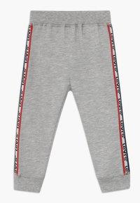 Levi's® - SLOUCHY SET - Teplákové kalhoty - white - 2