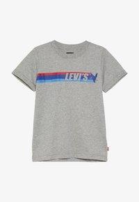 Levi's® - EAGLE STREAK TEE - T-shirt imprimé - grey heather - 2