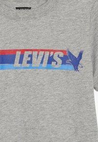 Levi's® - EAGLE STREAK TEE - T-shirt imprimé - grey heather - 3