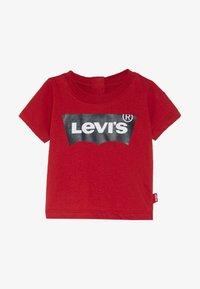 Levi's® - BATWING TEE - Triko spotiskem - red - 2