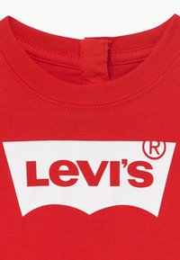 Levi's® - BATWING TEE - T-shirt con stampa - super red - 3