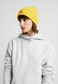 Levi's® - BATWING EMBROIDERED SLOUCHY BEANIE - Mössa - regular yellow - 1