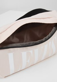 Levi's® - BANANA SLING SERIFF - Riñonera - regular pink - 4