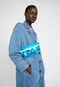 Levi's® - BANANA SLING CLEAR COLOR - Rumpetaske - regular blue - 5