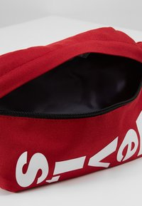 Levi's® - SLING BAG - Kabelka - chili pepper - 5