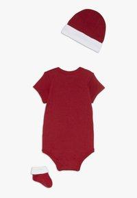 Levi's® - CLASSIC BATWING INFANT BABY SET - Geboortegeschenk - red - 1