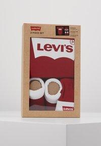 Levi's® - CLASSIC BATWING INFANT BABY SET - Geboortegeschenk - red - 3