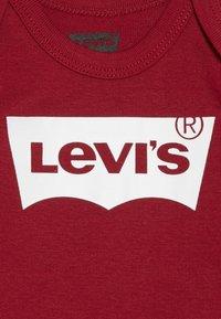 Levi's® - CLASSIC BATWING INFANT BABY SET - Geboortegeschenk - red - 2