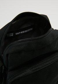 Levi's® - SERIES SMALL CROSS BODY - Skuldertasker - regular black - 4