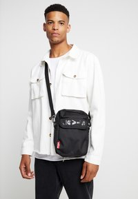 Levi's® - SERIES CROSS BODY - Bandolera - regular black - 1