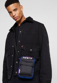 Levi's® - SERIES SMALL CROSS BODY COLOR BLOCK - Bandolera - royal blue