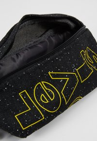 Levi's® - STAR WARS PRINT SLING - Borsa a tracolla - regular black - 4