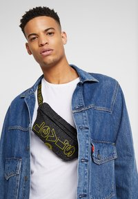 Levi's® - STAR WARS PRINT SLING - Borsa a tracolla - regular black - 1
