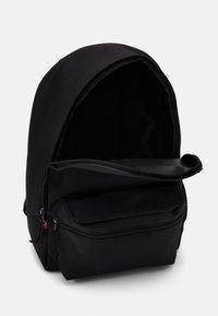 Levi's® - BASIC BACKPACK UNISEX - Rucksack - regular black - 2