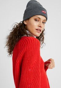 Levi's® - BATWING EMBROIDERED SLOUCHY BEANIE - Lue - regular grey - 3