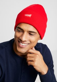 Levi's® - BATWING EMBROIDERED SLOUCHY BEANIE - Bonnet - brilliant red - 1
