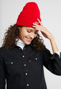 Levi's® - BATWING EMBROIDERED SLOUCHY BEANIE - Bonnet - brilliant red - 3