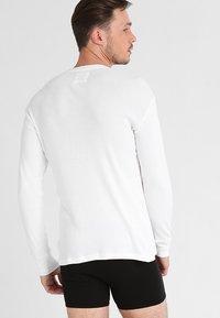 Levi's® - LEVIS 300LS LONG SLEEVE HENLEY - Camiseta de pijama - white - 2