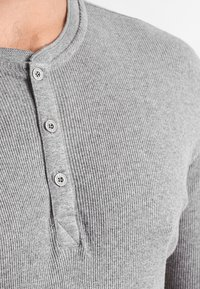 Levi's® - LEVIS 300LS LONG SLEEVE HENLEY - Koszulka do spania - middle grey melange
